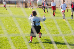 Fotbollgoalie i handling Arkivbilder