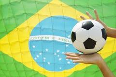 Fotbollgoalien gör en räddning brasilianskt flaggamål arkivfoton