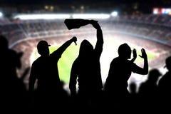 Fotbollhuligan i lek Ilskna fotbollfans royaltyfri foto