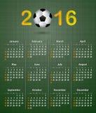 Fotbollkalender för 2016 på grön linnetextur Arkivbild