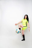 Fotbollkvinna på vit bakgrund Royaltyfri Foto