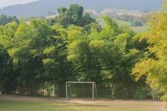 Fotbollmål med träd omgav det Royaltyfria Bilder