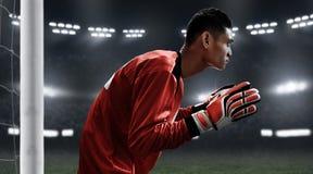 Fotbollmålvakt som är klar att fånga bollen Arkivbild