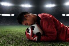 Fotbollmålvaktlås bollen Royaltyfri Foto