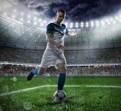 Fotbollplats med att konkurrera fotbollsspelare på stadion Arkivfoto
