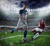 Fotbollplats med att konkurrera fotbollsspelare på stadion Arkivfoton