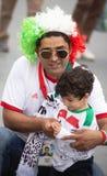 Fotbollsfan av Iran på den FIFA världscupen 2018 i Ryssland En man och en pojke arkivfoton