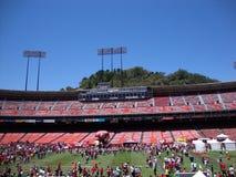 fotbollsfan 49er undersöker olika aktiviteter på FanFest för att sparka Arkivfoton