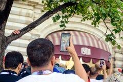 Fotbollsfan fotograferas på röd fyrkant i Moskva Royaltyfria Bilder
