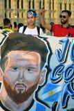 Fotbollsfan från Argentina poserar för foto i den röda fyrkanten i Moskva Arkivbilder