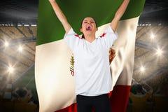 Fotbollsfan i det vita bifallet som rymmer den Mexiko flaggan Arkivfoton