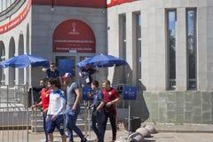 Fotbollsfan på den huvudsakliga biljetten centrerar FIFA nära den Sportivnaya för ` för tunnelbanastationen `en i St Petersburg royaltyfri bild