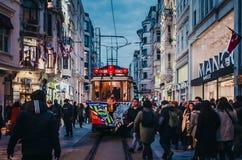 Fotbollsfan på den retro spårvagnen av Istanbul på den Istiklal gatan arkivfoto