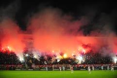 Fotbollsfan som firar mål Arkivbild