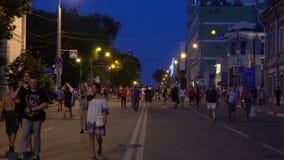 Fotbollsfan som går gatan lager videofilmer