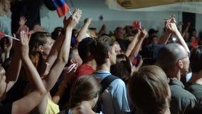 Fotbollsfan som håller ögonen på en fotbolllek på tv arkivfilmer