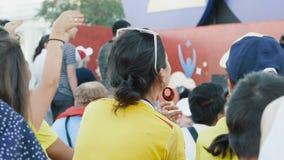 Fotbollsfan som håller ögonen på leken stock video
