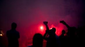 Fotbollsfanfolkmassa i staden som firar seger Arkivbilder