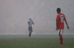 Fotbollsmatch som stoppas på grund av rök från fyrverkerier Royaltyfria Bilder