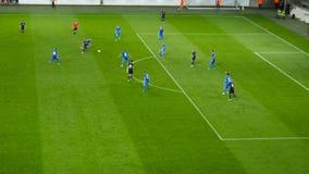 Fotbollsmatchen spelaren tjänar en frispark Fotbollsmatch arkivfilmer