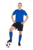 Fotbollspelare i blått som poserar med en boll som isoleras på vit backg Royaltyfri Bild