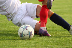 Fotbollspelare i duell Arkivfoton