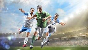Fotbollspelare i handling på för stadionbakgrund för dag den storslagna panoraman arkivfoto