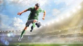 Fotbollspelare i handling på för stadionbakgrund för dag den storslagna panoraman royaltyfria bilder