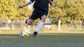 Fotbollspelare i handlingnärbild arkivbilder