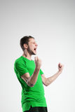 Fotbollspelare i skjorta isolerad selebratestudio Royaltyfri Fotografi
