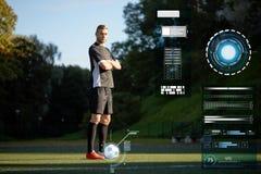 Fotbollspelare med bollen på fotbollfält arkivfoton