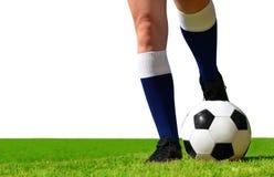 Fotbollspelare med bollen på fotbollfält Arkivfoto