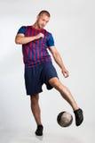 Fotbollspelare med fotboll Arkivfoton