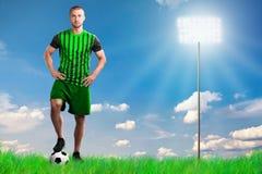 Fotbollspelare med fotboll i en stadion Royaltyfri Foto