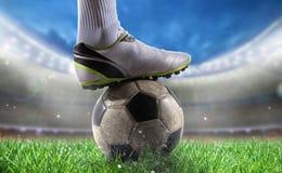 Fotbollspelare med soccerball på stadion som är klar för världscup arkivfoto