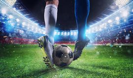 Fotbollspelare med soccerball på stadion under matchen Arkivbild