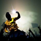 Fotbollspelare som firar med folkmassan Royaltyfri Bild