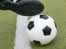 Fotbollspelare som gör spark med bollen på fotbollsarenafält Fotboll- eller fotbollbegrepp Arkivbilder