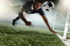 Fotbollspelare som heading en fotbollboll Royaltyfria Bilder