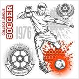 Fotbollspelare som sparkar boll- och fotbollemblem Royaltyfri Bild