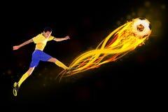 Fotbollspelare som sparkar bollen Arkivfoton