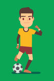 Fotbollspelare som sparkar bollen på grön fältvektorillustration Royaltyfri Bild