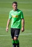 Fotbollsspelare Granit Xhaka i klänning av Borussia Monchengladbach Arkivfoto