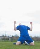 Fotbollsspelare i blått som firar en seger Royaltyfria Foton