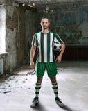 Fotbollsspelare i ett smutsigt rum Royaltyfri Foto