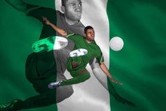 Fotbollsspelare i grönt sparka Arkivbilder