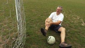 Fotbollsspelare med benskada arkivfilmer