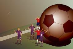 Fotbollsspelare med den jätte- bollen Arkivfoto