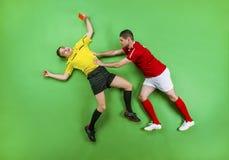Fotbollsspelare och domare Royaltyfri Bild