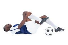 Fotbollsspelare som ligger ner sårat Arkivfoton